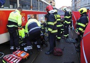 Tramvaj v Radlické srazila ženu (82), záchranáři ji s vážnými zraněními převezli do nemocnice.