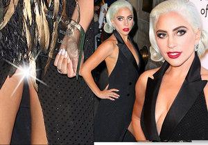 Zpěvačku Lady Gaga zradily šaty, ukázala více, než by chtěla