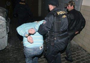 Senior v Kladně ohrožoval kolemjdoucí sekerou! Policie popsala razantní zákrok