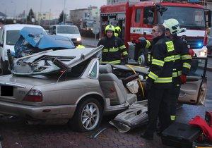 Hrozivá nehoda na Modřanské - jaguár narazil do zaparkovaných aut. 10. 1. 2019
