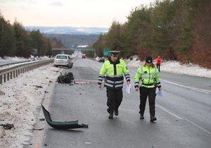 Zavřená dálnice z Prahy do Příbrami: Srazila se tu tři auta, pro vážně zraněnou přiletěl vrtulník