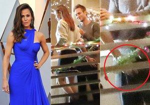 Jennifer Garner a její ruka šmátralka