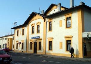 Autobusové zastávky Nádraží Radotín se dočkaly nového a přehlednějšího značení. (ilustrační foto)