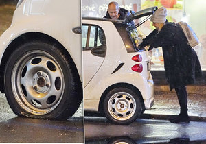 Ivana Chýlková s Janem Krausem nastoupili do svého miniautíčka a odjeli i s prázdnou pneumatikou.