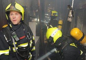Na Žižkově 16. ledna 2019 v noci hořel byt, hasiči evakuovali sedm lidí.