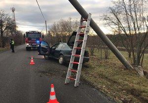 Auto v Dolních Břežanech narazilo do sloupu, posádka zmizela. Policisté je záhy objevili, oba muži nadýchali přes dvě promile.