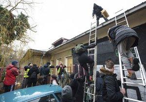 Aktivisté ve čtvrtek slezli ze střechy Kliniky.