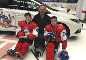 Filip (13, vlevo) a Alex (15) jsou nadšenými para hokejisty. Fotka s Dominikem Haškem jim udělala radost.