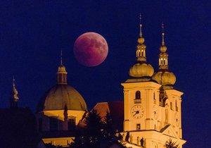 Zatmění Měsíce uvidí i v Česku. V pondělí si přivstaňte, bude na co koukat