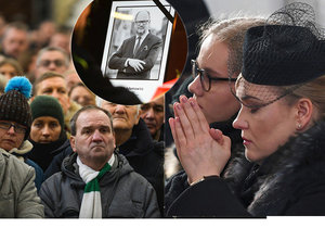 Poláci se v Gdaňsku rozloučili s oblíbeným primátorem Pawlem Adamowiczem (†53). Na snímku je i vdova s dcerou