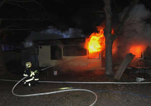 Pražští profesionální i dobrovolní hasiči zasahovali u požáru prázdných garáží či bývalých fotbalových šaten na Strahově.