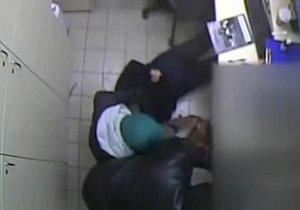 Brutální záběry z přepadení: Lupiči na ženu mířili pistolí, pak ji hodili na zem.