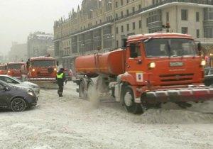 Havárie aut, zácpy a zrušené lety: Ochromená Moskva se topí ve sněhu