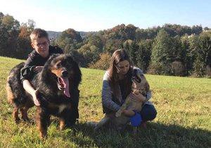Oba zachránění psi s členkami spolu Neposedné tlapky