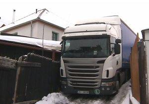 Polský řidič kamionu neodhadl šířku ulice, do které najel, a zasekl se mezi domy.