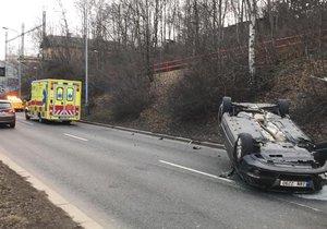 V Hostivaři skončilo auto na střeše. Řidička vozu se zranila a odnesl to i sloupek osvětlení