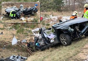 Mezi Kozojedy a Kostelcem nad Černými lesy došlo v pátek ráno v tragické havárii. Vůz sjel ze silnice a naboural do stromu. Dva cestující nepřežili, další dva utrpěli vážná zranění.