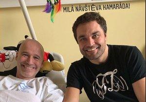 Moderátor Honza Musil s ochrnutým Mužem roku Martinem Zachem.