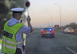 """Policista zastavil polské auto na D1 v Ostravě. Smlouval s řidičem pokutu a """"zapomněl"""" mu nakonec dát strvrzenku."""