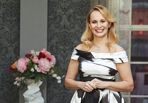 Monika Absolonová jako moderátorka pořadu O 10 let mladší.