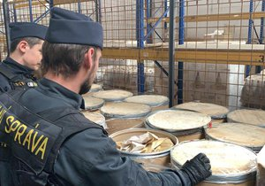 Pražští celníci zadrželi tři tuny látky určené k výrobě amfetaminu.