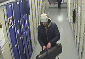 Policisté pátrají po muži, který ukradl pouzdro i s houslemi.