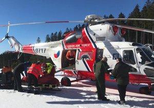 Pro malého lyžaře (8) musel do Lipna letět vrtulník: Chlapec se ošklivě zranil při skoku