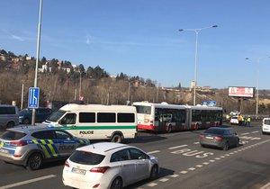 Na Jižní spojce došlo k nehodě autobusu a osobního automobilu. U místa nehody se začaly tvořit kolony.