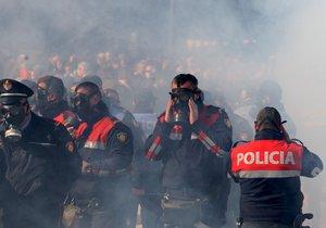 """Konec zlodějů."" Demonstranti zaútočili na úřad premiéra, policie je rozehnala slzným plynem"