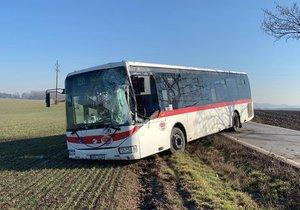 """Autobus za Prahou """"křísl"""" o strom a skončil v poli. Vyjma řidiče se nikdo nezranil"""
