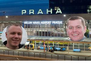 Steve Vincent (vpravo) zůstal uvězněný na pražském letišti. S jeho pasem omylem odcestoval kamarád Allen Poole