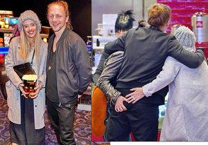 Tomáš a Tamara Klusovi: Objímačka a líbačka ve třech s kamarádkou! A před dětmi!
