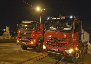 Most na Vltavské testují tři velká auta. Na sobě mají naloženo 120 tun.