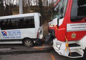 Cestou k požáru v Praze 6 bouraly tři hasičské vozy s dodávkou. Jeden příslušník Hasičského záchranného sboru nehodou utrpěl zranění hlavy.