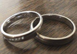 Snubní prstýnky jsou zase spolu, našel se správný majitel.