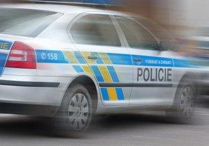 Boj o život na Vinohradech: Diabetik stál s autem na přechodu a vůbec nereagoval! Zachránili ho policisté