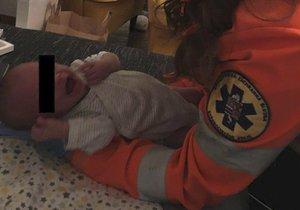 Spící miminko v Kladně vdechlo zvratky: Návod, jak ho táta zachránil!