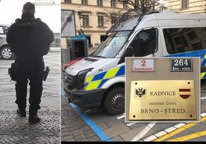 Úřad radnice Brno-střed. Je uzavřený z obou stran, vchod hlídají policisté z Národní centrály proti organizovanému zločinu.
