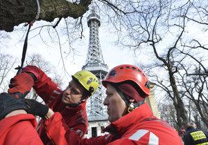 Pražští hasiči společně se zaměstnanci Muzea hlavního města Prahy dnes nacvičovali požární poplach a evakuaci z Petřínské rozhledny. Cílem bylo procvičit způsob vyhlášení poplachu elektronickým požárním systémem a prověřit přístupové možnosti hasičské techniky k věži a bludišti.