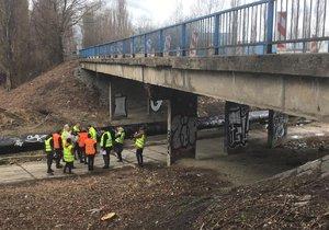 Začalo bourání mostu v Kladně: Výpadovka na Prahu je do listopadu odříznutá