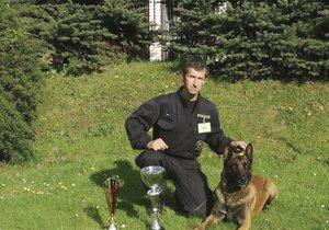 Policejní pes Quirinus se svým psovodem.