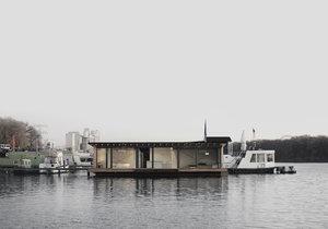 Moderní hausbót v Berlíně poskytuje komfortní ubytování pro čtyřčlennou rodinu