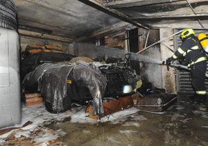Oheň v garáži se podepsal na zaparkovaném chevroletu: Škody jsou půlmilionové