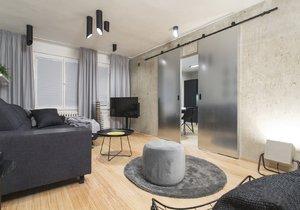 Prázdný byt v paneláku se změnil ve stylové bydlení pro maminku se synem