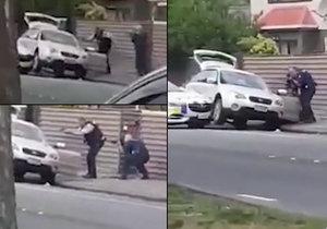 Policista za pomoci kolegy zatkl podezřelého z terorismu v mešitě.