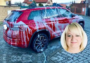 Takto neznámý pachatel polil prostějovské opoziční zastupitelce Haně Naiclerové její vozidlo barvou.