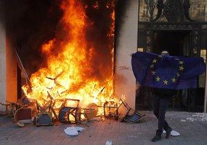 """Protesty """"žlutých vest"""" pokračovaly ve Francii už 18. sobotu. Podle ministra vnitra se mezi demonstranty vmísilo asi 1500 radikálů, kteří útočili na obchody, které místy i rabovali. (16. 3. 2019)"""