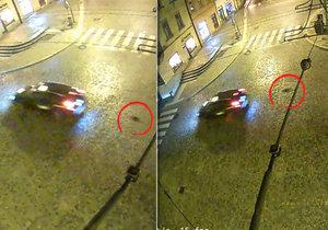 Taxík vláčel za sebou pejska, jehož vodítko přibouchla panička do dveří.
