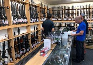 Nový Zéland se po útoku na dvě mešity ve městě Christchurch rozhodl zpřísnit zákony o držení zbraní a zakázat útočné a poloautomatické pušky. Příslušný zákon by měl vejít v platnost nejpozději do 11. dubna.