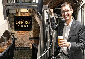 Milan Rejholec si dlouho nevěděl rady s tím, co by mohl zřídit ve sklepení jednoho smíchovského domu, jejž měl ve správě. Nakonec volba padla na pivovar, ve kterém vaří pivo s kolagenem.